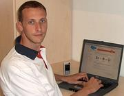 Davide Marrone davanti alla home page di Skebby.it