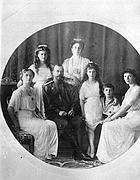 L'imperatore Nicola II (terzo da sinistra) con la moglie Alexandra e famiglia (Ap)