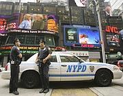 Due agenti della polizia di New York in servizio a Times Square (Ap)