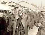 Prigionieri serbi scortati da soldati italiani nel 1941 dopo l'invasione della Jugoslavia (foto Archivio Corsera)