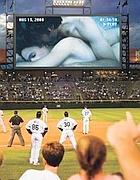 Immagini spinte su uno schermo gigante durante una partita di baseball
