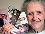 Linda Lou Taylor con le foto di alcuni mariti (Matt Detrich / The Star)