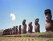 Le statue dell'Isola di Pasqua. La sostanza per realizzare il farmaco proviene proprio da lì (Ansa)
