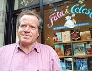 Gianni Pettenati davanti alla sua libreria Fata & Celeste (Fotogramma)