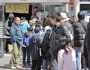 File davanti a un negozio dopo il terremoto (Reuters)