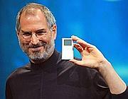 Steve Jobs con il suo inconfondibile look alla presentazione di un iPod nel 2004 (Ap)
