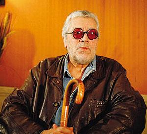 Il cantautore argentino Facundo Cabral era nato a La Plata il 22 maggio 1937. Di famiglia poverissima, era conosciuto per le sue canzoni sulla libertà e la pace. Il suo pezzo più celebre era «No soy de aquí, no soy de allá»