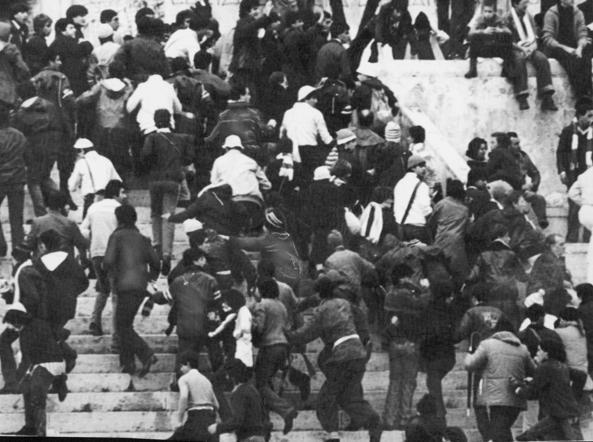 Disordini in tribuna dopo la morte di Vincenzo Paparelli, prima del derby Roma-Lazio, il 28 ottobre 1979 (Ap)