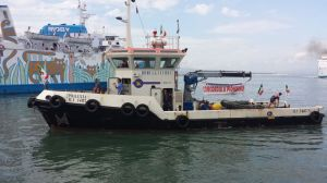 L'arrivo del rimorchiatore al Porto di Piombino