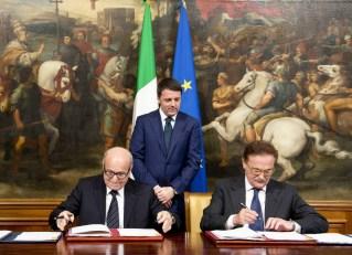 il momento della firma con Issad Rebrab e Piero Nardi. In piedi che osserva il premier Renzi.
