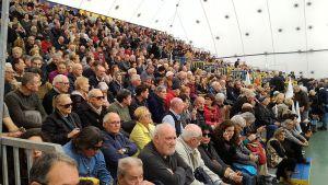 il pubblico nel palatenda a Piombino