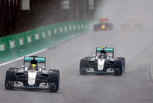 Hamilton e Rosberg in lotta a Interlagos
