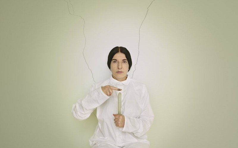 Marina Abramović, Artist portrait with a Candle (C) dalla serie Places of Power, courtesy of Marina Abramovic Archive