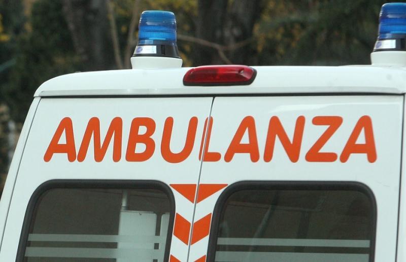 Belpasso, al bivio per Giaconia auto perde controllo e sbatte contro muro: conducente ricoverato in ospedale