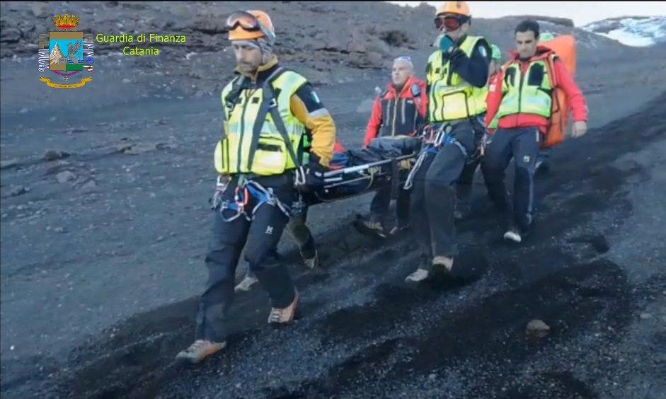 Catania, soccorsa sull'Etna olandese ferita: intervento dei finanzieri del Soccorso alpino