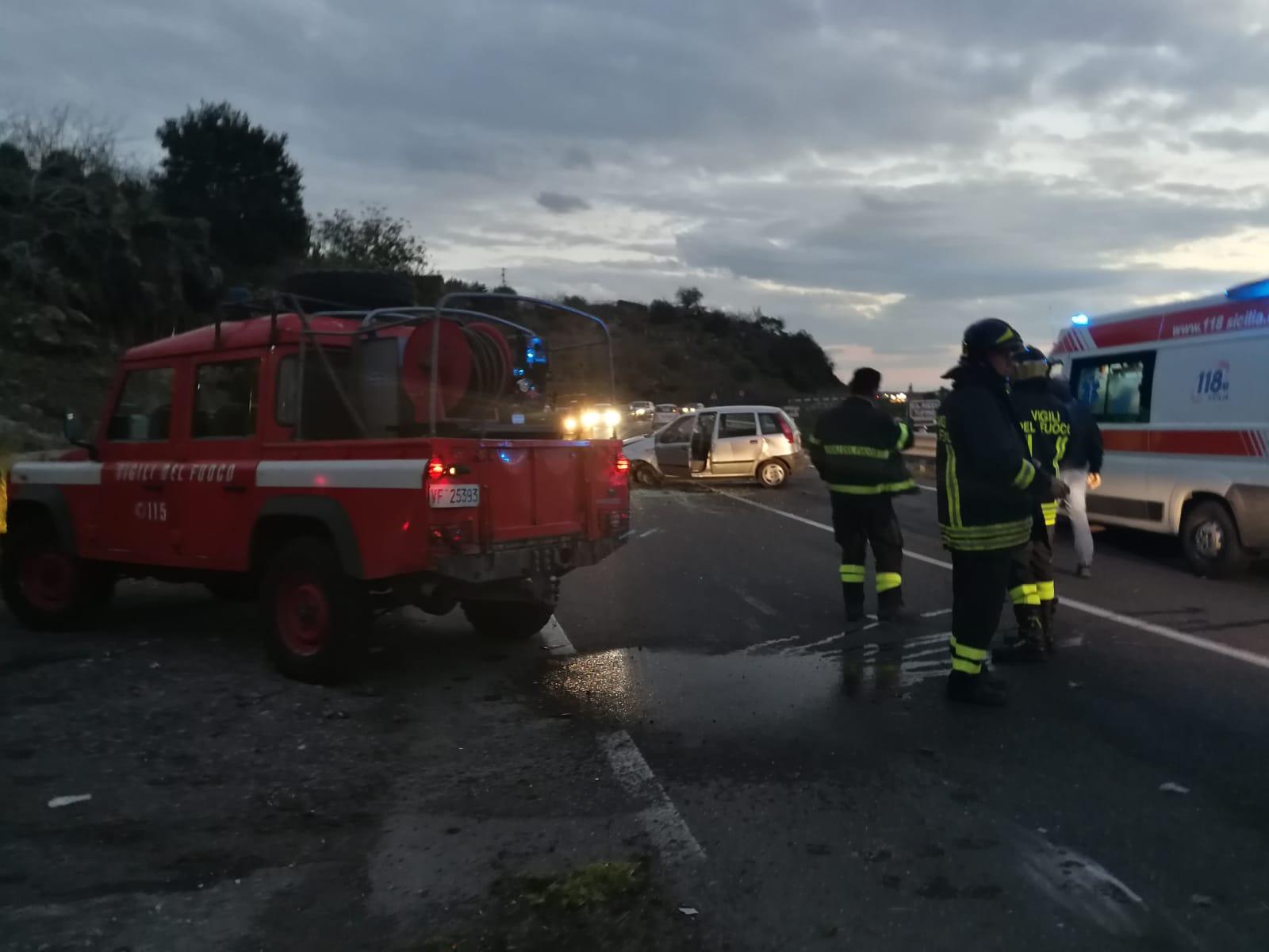 SS. 284 Adrano-Bronte, auto contro muretto: 4 ragazzi a bordo, uno è ferito