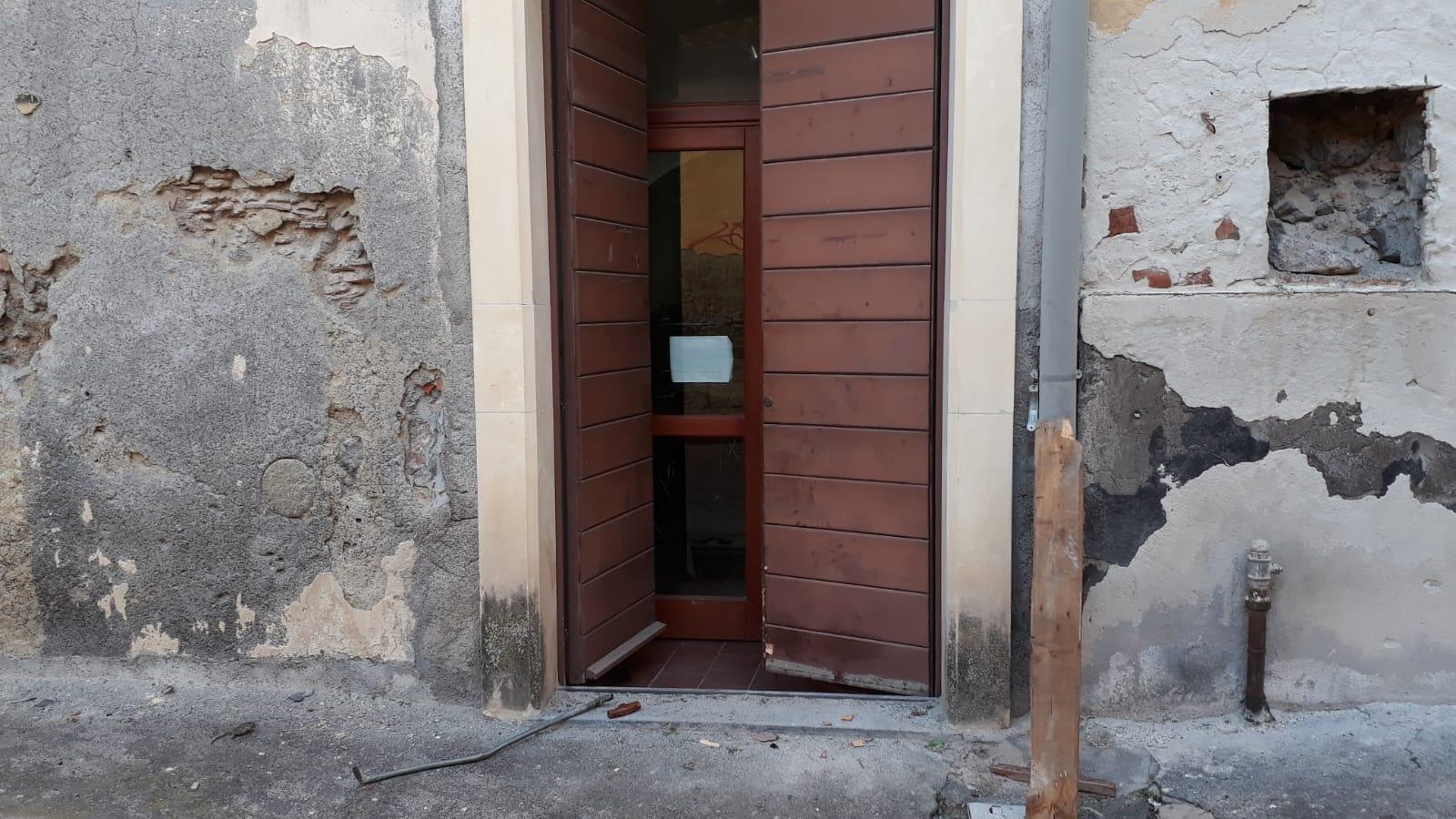 Paternò, tentato furto in Biblioteca: vandali forzano la porta con forcone