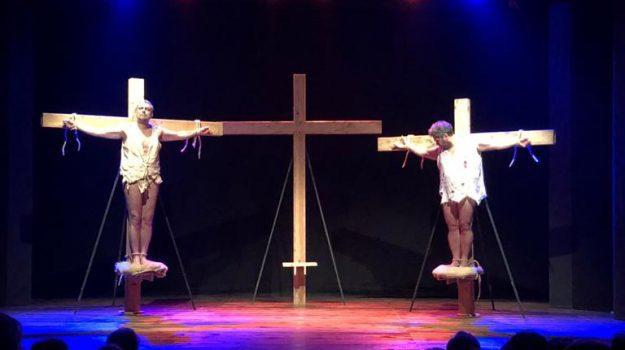 Incidente, la croce del ladrone non regge e l'attore viene giù: paura e punti di sutura per il catanese Puglia