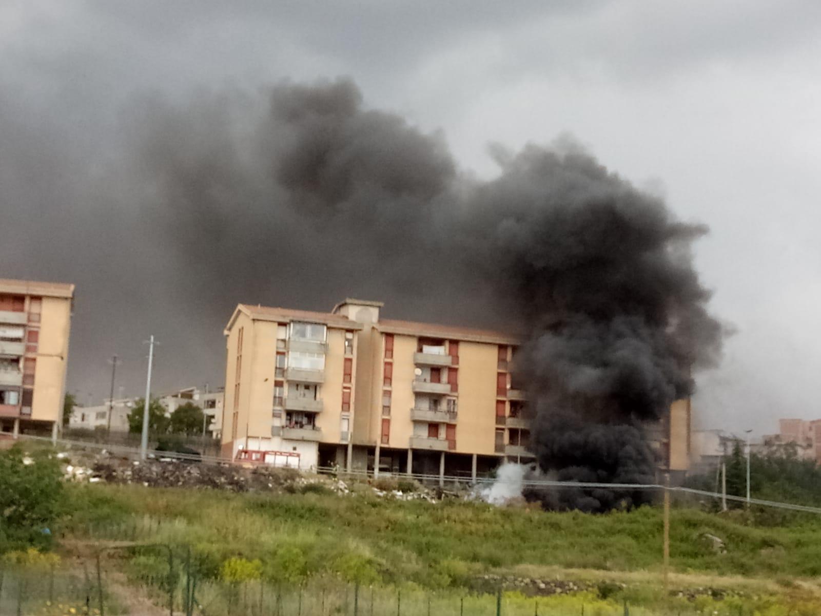 Adrano, un nuovo incendio vicino le case popolari, potrebbe trattarsi di un piromane?