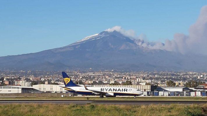 Aeroporto di Catania, limitazioni spazio aereo per cenere vulcanica: arrivi ridotti, partenze regolari