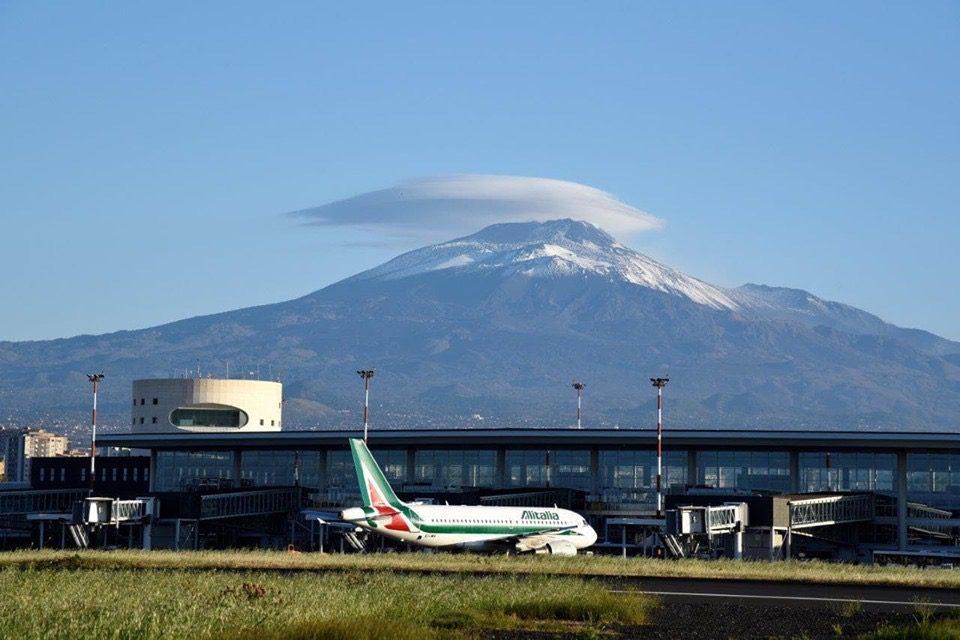 Etna, l'aeroporto di Fontanarossa torna pienamente operativo: finita l'emergenza cenere
