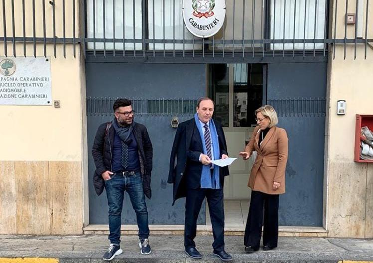 Paternò, il sindaco Naso dai Carabinieri per denunciare il caso della piscina svuotata: ironia social sulla 'verità che verrà a galla'