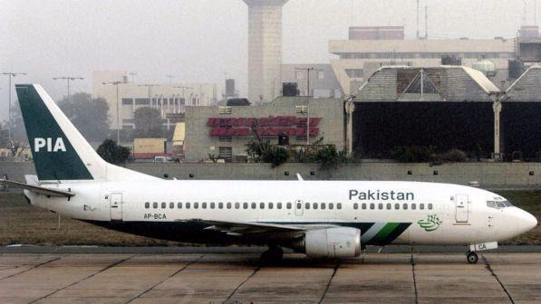 Pakistan, il 40% dei piloti in servizio usa licenze false: ministro ferma 150 piloti dopo incidente aereo