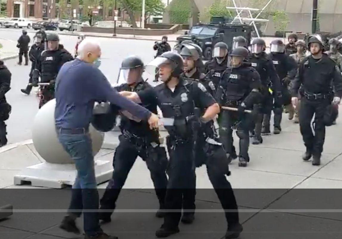Usa, sospesi 2 agenti che hanno buttato a terra anziano dimostrante (VIDEO)