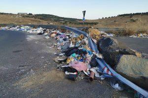 Paternò, il cafone dei rifiuti tenta di investire la giornalista: il racconto della disavventura