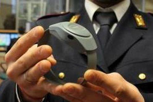 Adrano, braccialetto al marito stalker: 29enne tormentava la moglie dopo la separazione