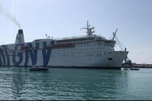 Migranti, arrivata a Lampedusa la nave quarantena 'Gnv Azzurra': ospiterà i migranti dell'hotspot