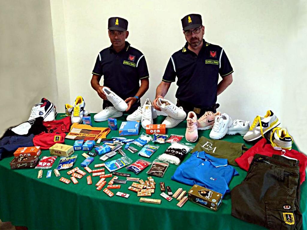 Catania, GdF sequestra alla 'Fera o Luni' 70 mila prodotti da fumo illegali: segnalato il commerciante cinese