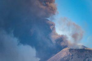 """Etna, pennacchio scuro sul vulcano. Ingv: """"Attività stromboliana al nuovo cratere di sud-est"""""""