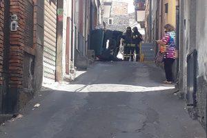 Paternò, auto guidata da anziano ribalta in via Duca degli Abruzzi: sulla 'strada budello' già altri incidenti