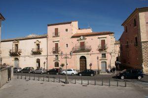 Militello Val di Catania, 62enne aggredisce bambina e nonna perché disturbato dagli schiamazzi: denunciato