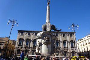 """Catania: """"State lontani dal Liotru"""". Ordinanza vieta di stazionare nel weekend sui gradoni della fontana. Off-limits anche S. Giovanni li Cuti"""