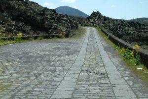 Bronte, ripulita dai rifiuti la strada in basolato che porta verso l'Etna: ora è anche video-sorvegliata