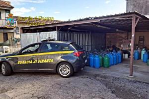 Giarre, GdF sequestra 37 bombole di Gpl in sito non sicuro: scoperto lavoratore in nero
