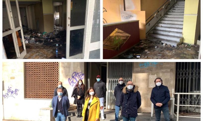 """Paternò, sit-in di protesta davanti all'ex Albergo Sicilia: """"Va messo in sicurezza, è ricovero per i senzatetto"""" (VIDEO)"""