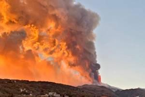 Etna, l'aeroporto Fontanarossa torna operativo dopo la pioggia di cenere: lo spettacolo della fontana di lava