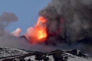 Etna, nuova attività esplosiva al cratere di sud-est: a Fontanarossa chiuso uno spazio aereo per la pioggia di cenere