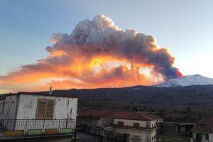 Etna, nube di cenere alta 7 km: è tornata la fontana di lava