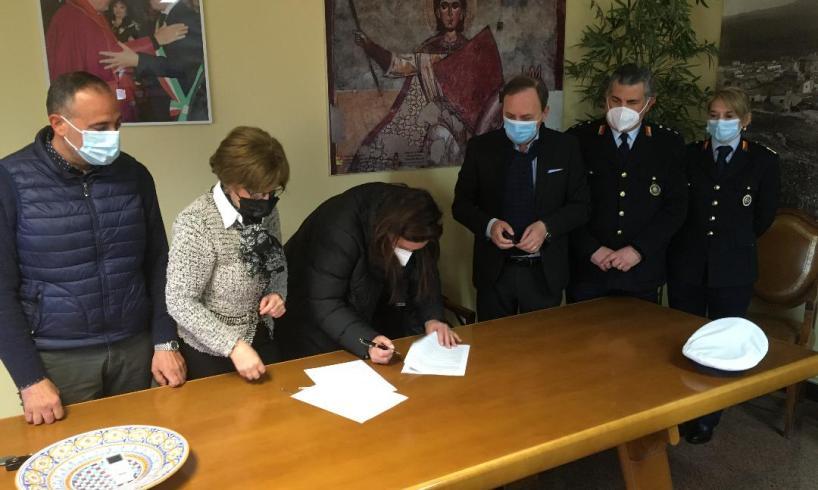 Paternò, una nuova 'ispettora' napoletana per la Polizia municipale: oggi la firma del contratto