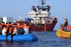 """""""L'equipaggio della Ocean Viking ha dovuto assistere alle devastanti conseguenze del naufragio di un gommone a nord est di Tripoli. Questa barca era stata segnalata in pericolo con circa 130 persone a bordo mercoledì mattina""""."""