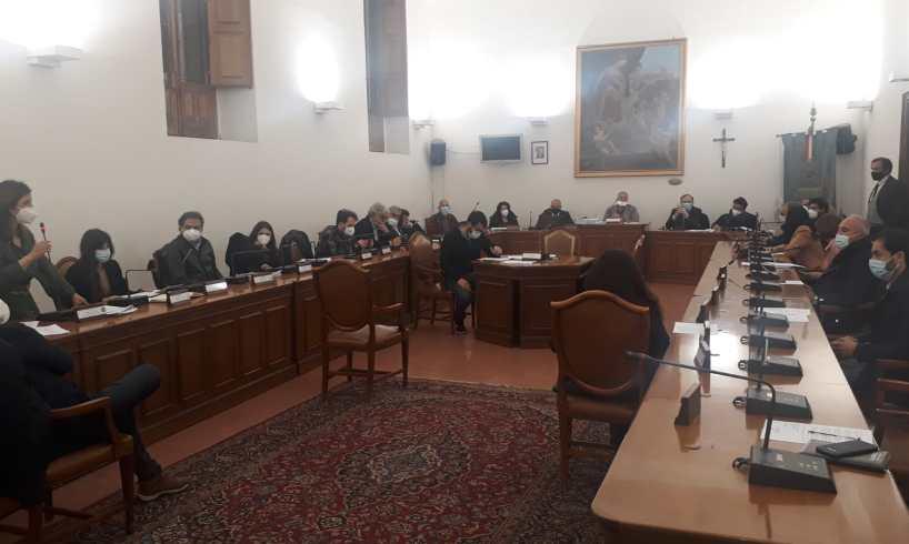 Paternò, il conto consuntivo con il disavanzo di 26 mln passa in Consiglio: decisivo il voto dei due dei 'sammartiniani'