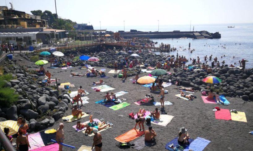 """Covid, Musumeci: """"Con dati rassicuranti potremmo anticipare apertura spiagge prevista il 16"""""""