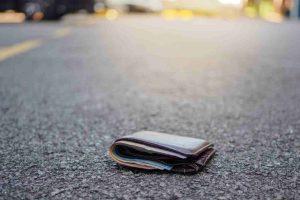 Adrano, coppia di coniugi prende portafoglio smarrito da una donna: scatta la denuncia