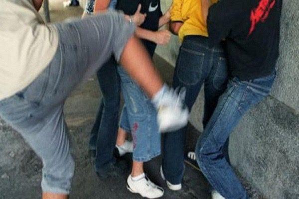 Biancavilla, maxi rissa tra rumeni e albanesi in Piazza Roma: tre feriti portati in ospedale