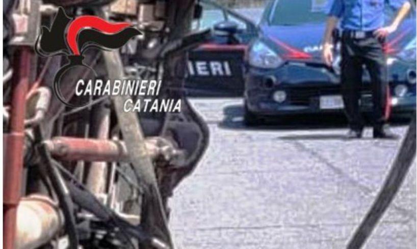 Il proprietario della vettura si è messo al loro inseguimento con l'ausilio di un conoscente che, in quel momento, stava transitando a bordo della propria autovettura.