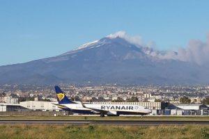 Etna, nuova fase parossistica riduce operatività aeroporto: 4 arrivi ogni ora